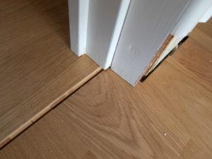 Ett parkettgolv kommer att svälla och krympa med vårt varierande klimat. Därför måste rörelsefogar göras för att golvet skall kunna röra sig. Vid väggarna lägger man rörelsefogen skymd under golvlisten. Vid dörrar och trösklar måste det också finnas en rörelsefog. Här har rörelsefogen gömts under tröskel och dörrkarm och syns inte vid återmonterad tröskel. Dörrkarm och dörr måste då kapas något i underkant.