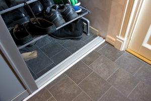 Klinker ligger även innanför skjutdörrarna för oöm placering av skor.