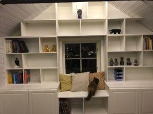 Platsbyggd bokhylla färdigmålad av kund.