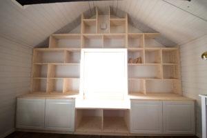 Platsbygg bokhylla med högt i tak