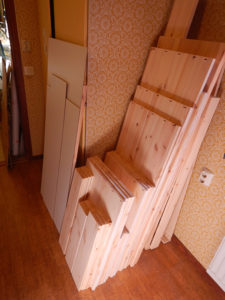 Delar till platsbygg bokhylla klar för montering.