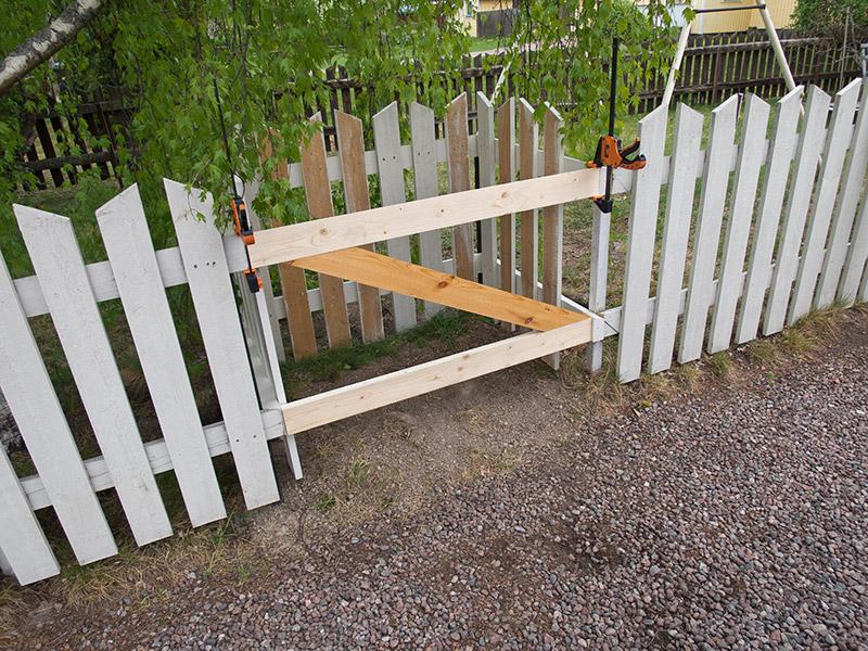 Utformning av soptunneskydd vid befintligt staket