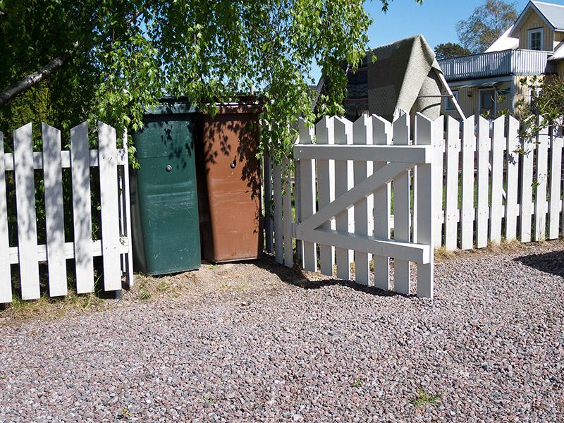 Soptunneskydd vid befintligt staket