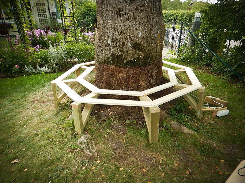 8-kantig bänk runt träd platsbyggd platsbyggt platssnickrad