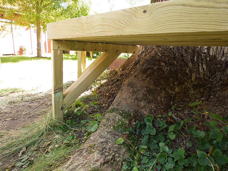åttakantig bänk runt träd platsbyggd platsbyggt platssnickrad