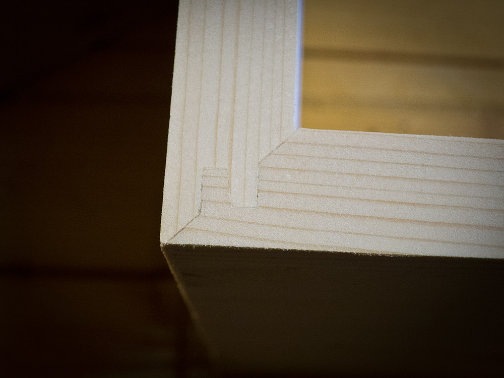 hylla kors och tvärs. vinklar sned platsbyggd platsbyggt platssnickrad svårt fogfräs vinkelrät