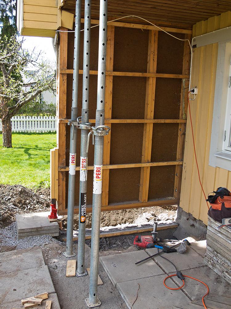 Borttagen ytterpanel för att underlätta reparation av grundmur. Platsbyggd platsbyggt