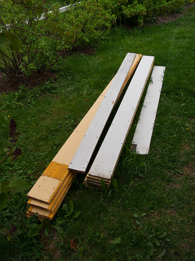 Panelbrädor som återanvänds till att bygga fågelholkar