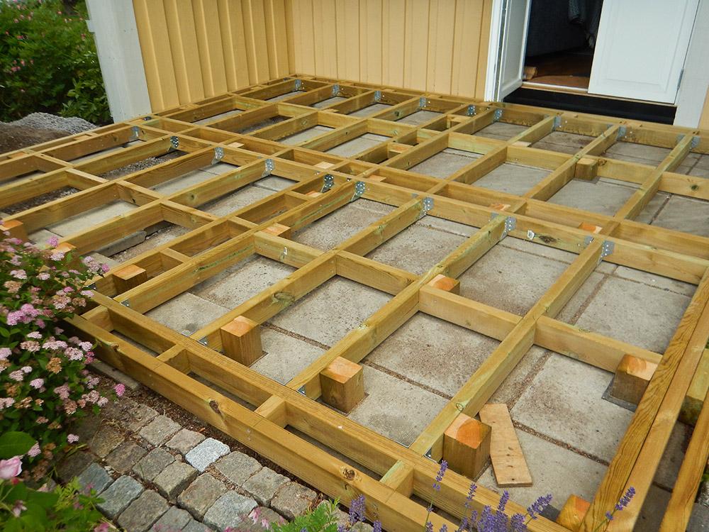 Altan byggd på befintliga betongplattor.