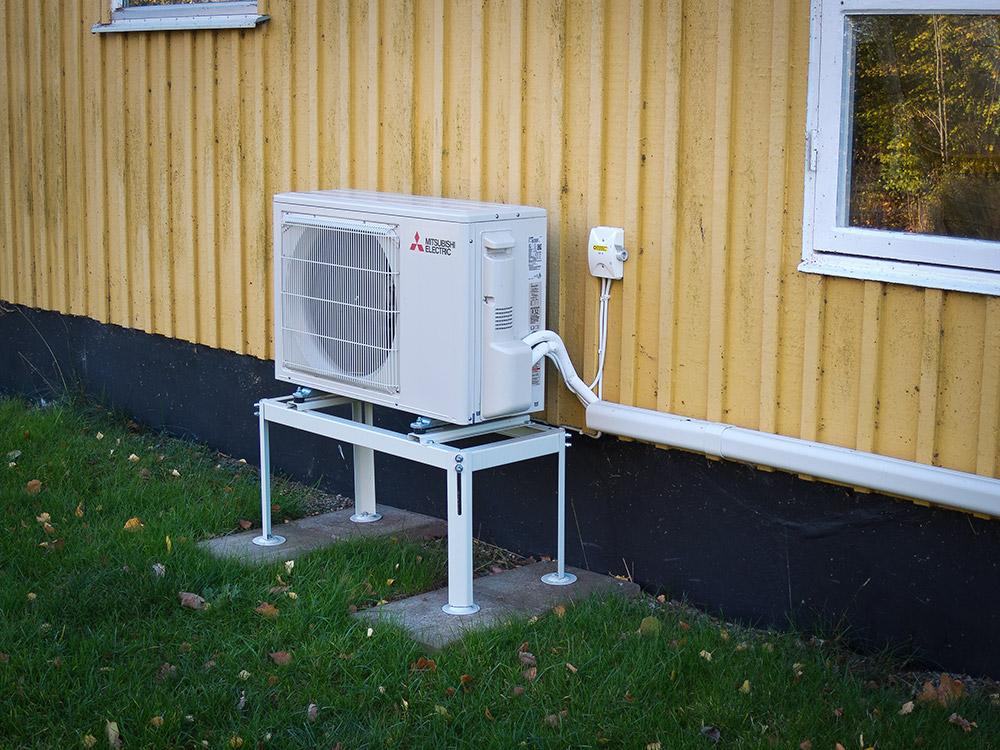 Luftvärmepump som behöver ett skydd för regn och snö.