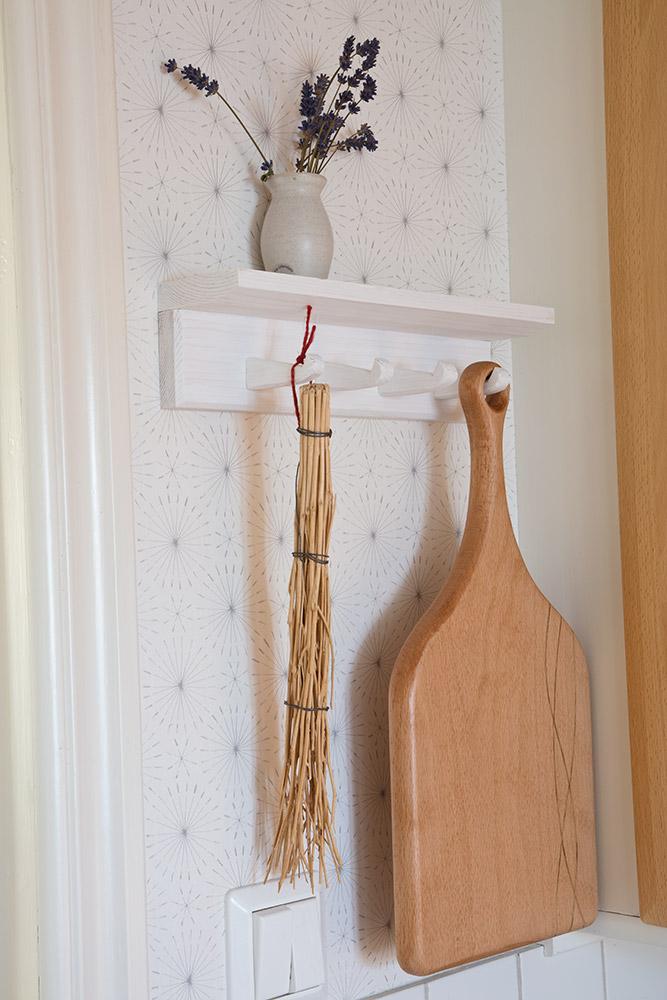 Skärbräda av bok hänger på en knoppbräda